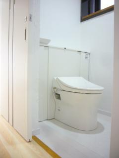 トイレの入口引戸にして使いやすくなりました。