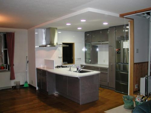 部屋の一角に子供と話しながら家事のできる対面キッチン